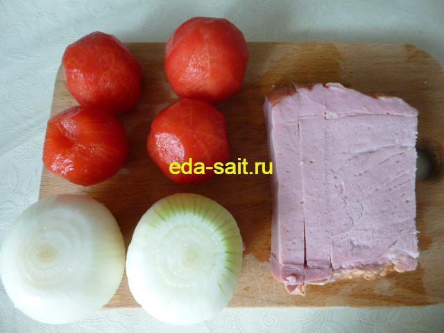 Ветчина, лук и помидоры для приготовления макарон