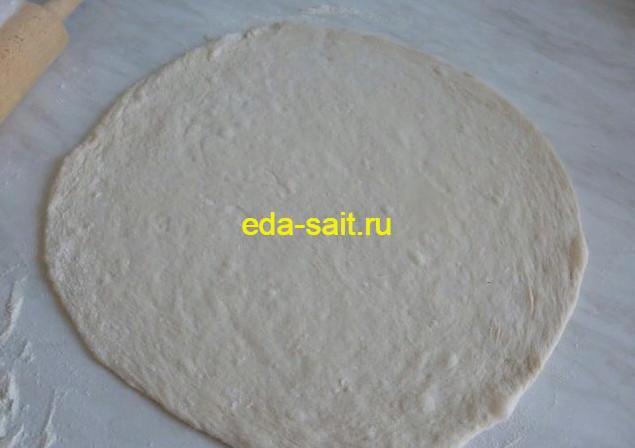 Раскатываем тесто для пиццы в тонкий пласт