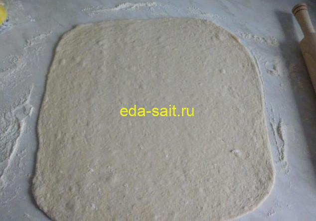 Раскатываем тесто в пласт для пиццы