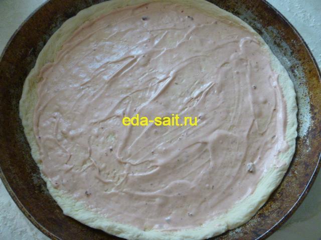 Смазываем тесто для пиццы соусом
