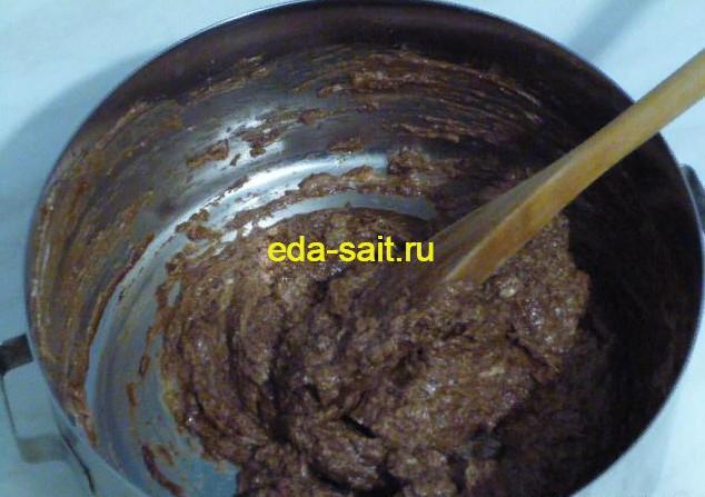 Перемешиваем ингредиенты для глазури