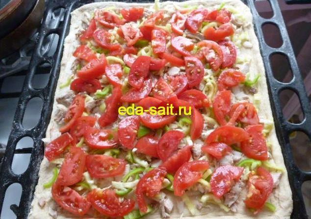 Выкладываем помидоры на пиццу