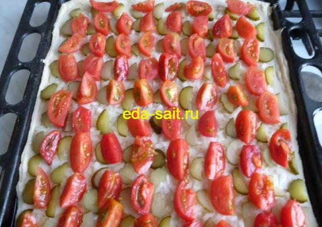 Выкладываем на пиццу помидоры
