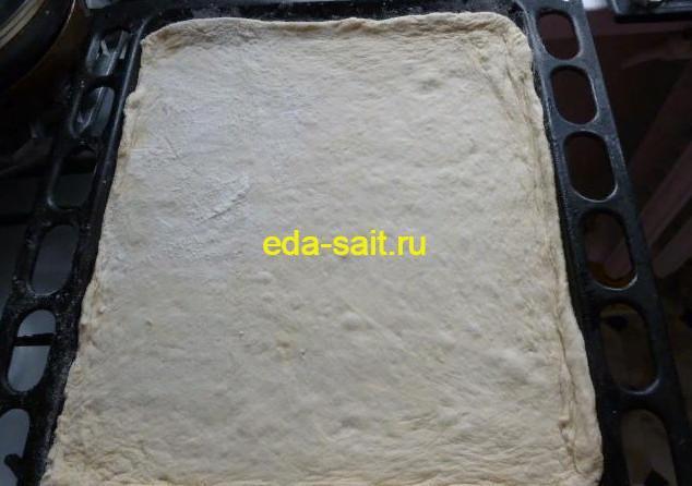 Выкладываем тесто в форму для пиццы