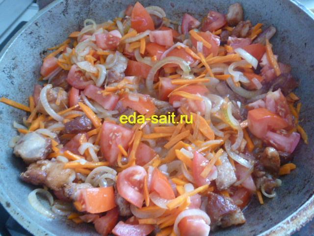Добавляем помидоры в жаровню