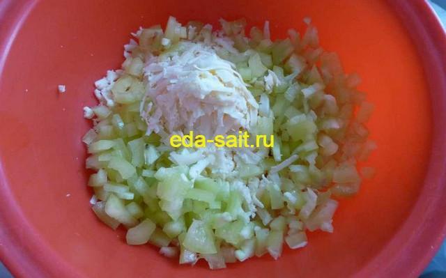 Выкладываем подготовленные продукты в миску