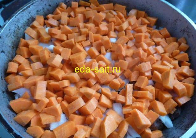 Выкладываем на лук слой моркови