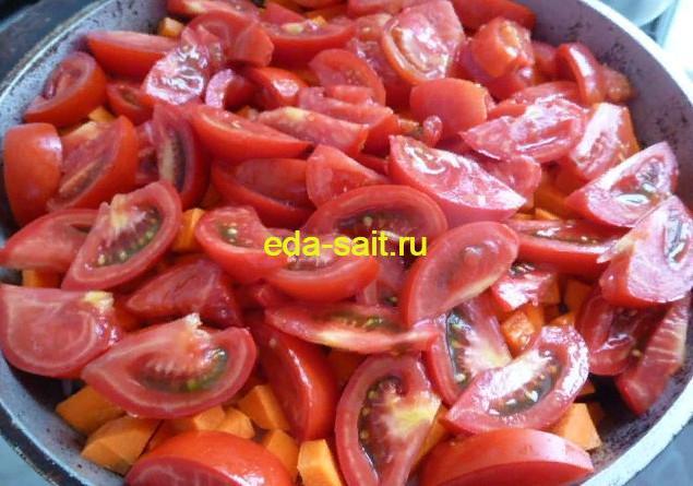 Выкладываем на морковь слой помидоров