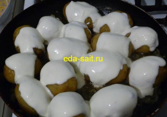 Поливаем картошку с яйцами сметаной