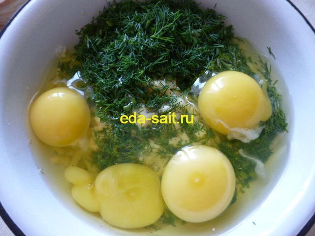 Делаем начинку из яиц и сыра для фарширования перцев