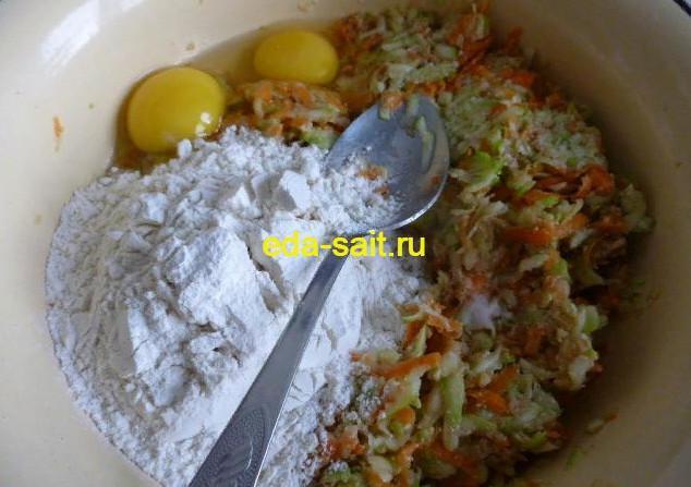 Делаем основу для оладий из кабачков