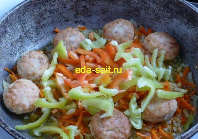 Добавляем фрикадельки из куриного фарша к овощам