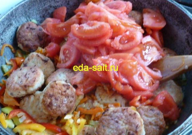 Добавляем к фрикаделькам из куриного фарша помидоры