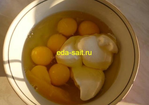 Добавляем к яйцам сметану
