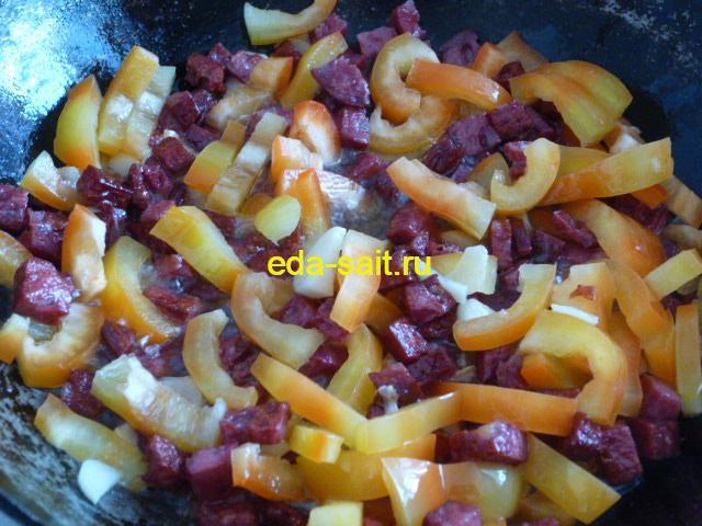 Добавляем к копченой колбасе и чесноку болгарский перец