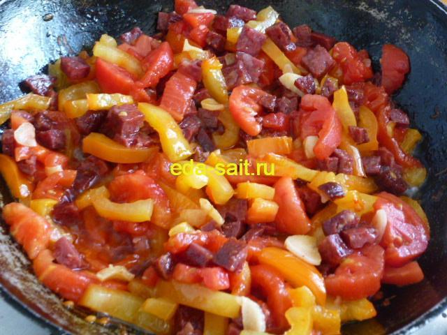Добавляем к копченой колбасе и овощам помидоры