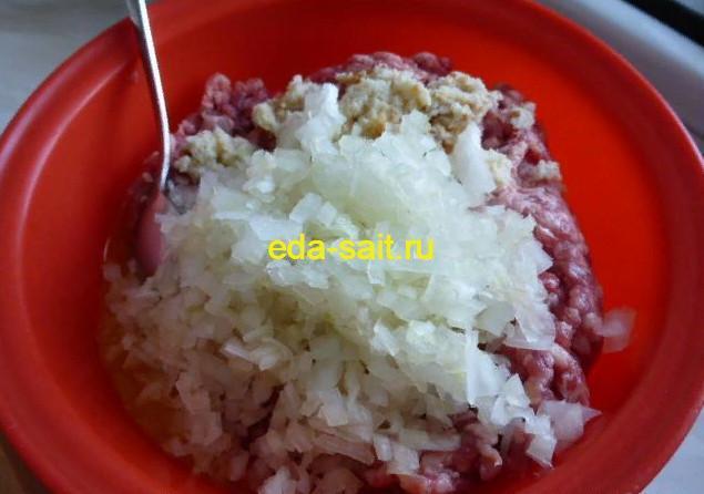 Фрикадельки в томатном соусе добавляем в фарш лук