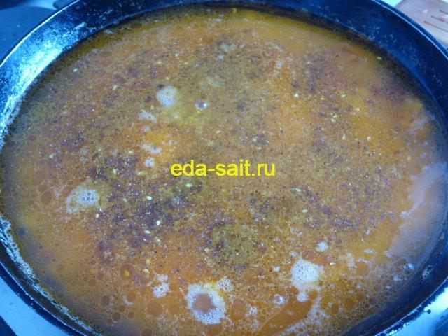Добавляем к рису и копченой колбасе приправы