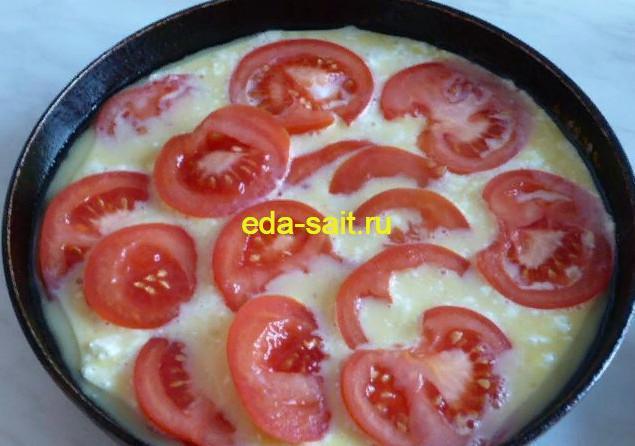 Формируем омлет с помидорами и творогом