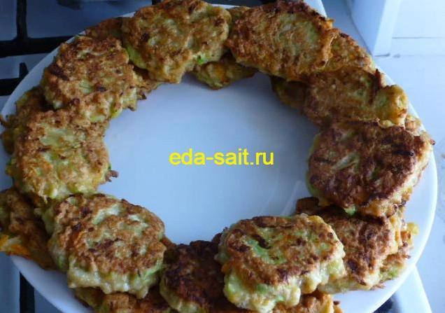 Выкладываем оладьи из кабачков на блюдо