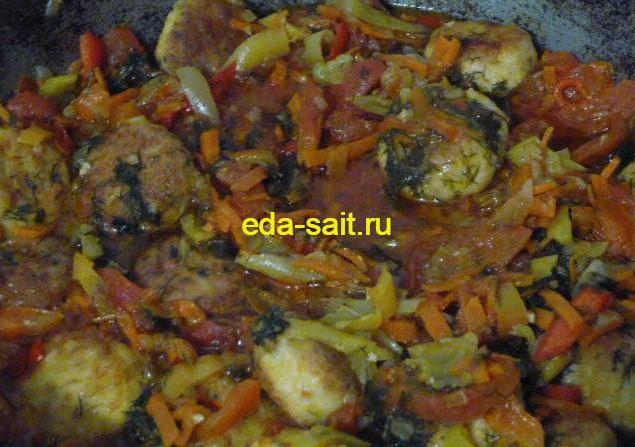 Фрикадельки из куриного фарша с овощами