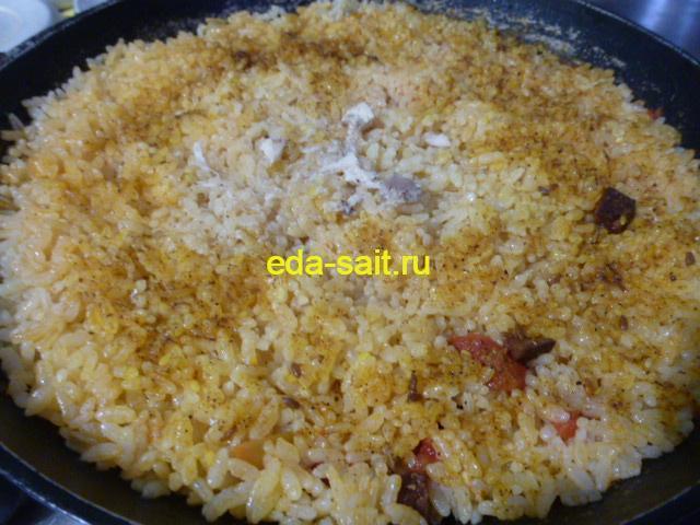 Готовый рис с копченой колбасой