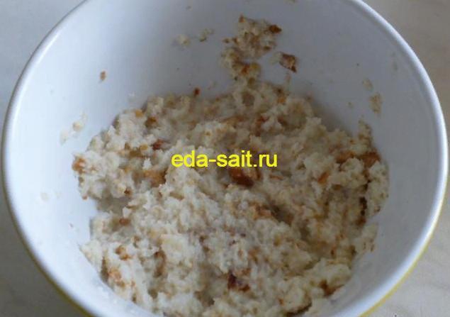 Замачиваем хлеб в молоке или сливках для фрикаделек в томатном соусе