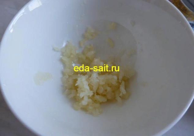 Измельчаем чеснок для запекания рататуя