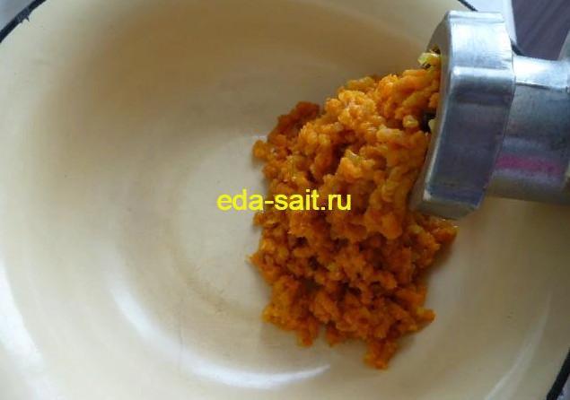 Пропускаем морковь с луком через мясорубку