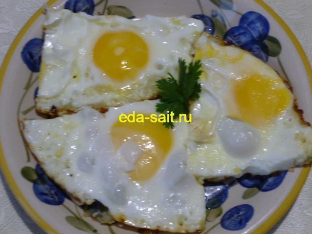 Яичница на луке в тарелке