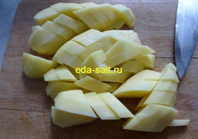 Нарезаем картошку для супа с куриными фрикадельками