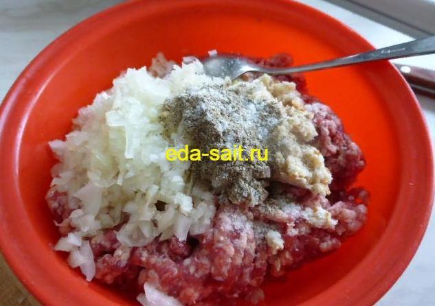 Фрикадельки в томатном соусе добавляем в фарш соль и перец