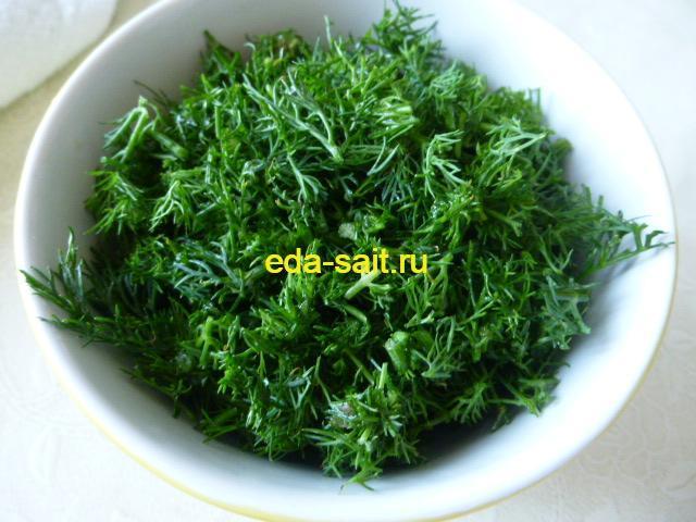 Моем и нарезаем зелень для риса с копченой колбасой