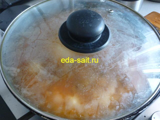 Накрываем рис с копченой колбасой крышкой