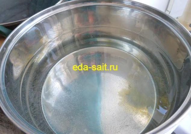 Ставим на плиту кастрюлю с водой для отваривания пасты