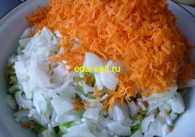 Нарезаем лук полукольцами и натираем морковь для салата