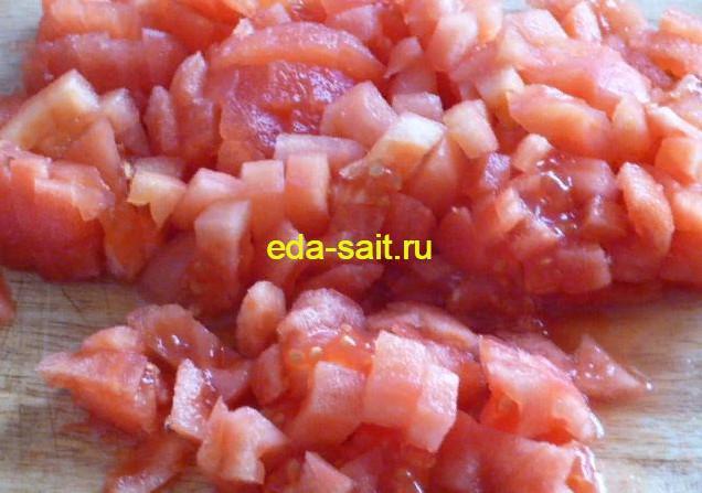 Нарезаем помидоры для макаронной запеканки