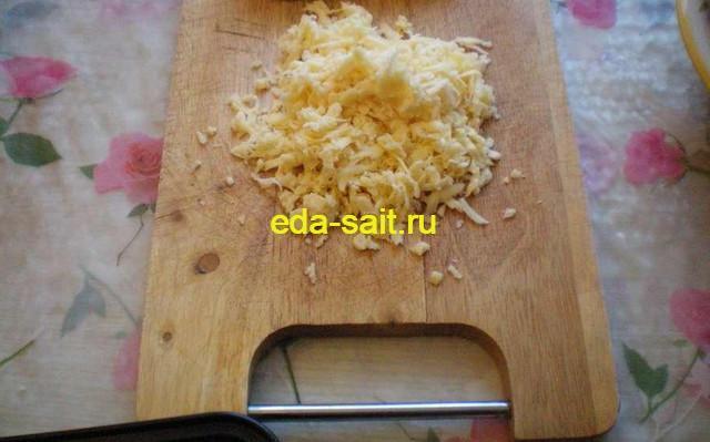 Натираем сыр на крупной терке для вареного картофеля