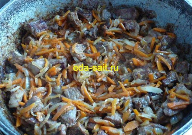 Обжаренная говядина, лук и морковь для плова