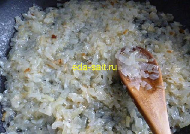 Обжаренный лук в начинку с рисом и яйцами