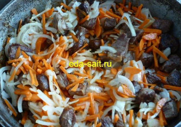 Обжариваем говядину, лук и морковь для плова