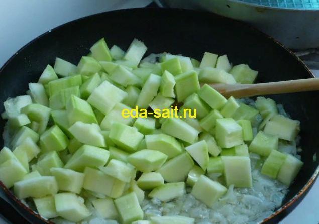 Обжариваем кабачки с луком