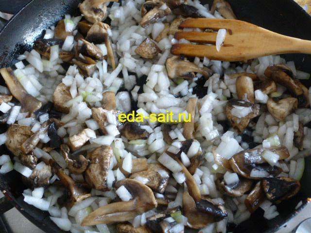 Добавляем лук к грибам