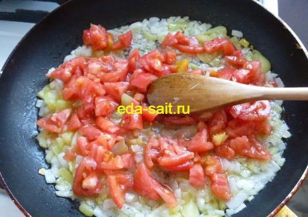 Обжариваем лук, болгарский перец и помидоры для рататуя в духовке