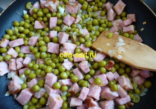 Жарим ветчину, лук и зеленый горошек для ракушек