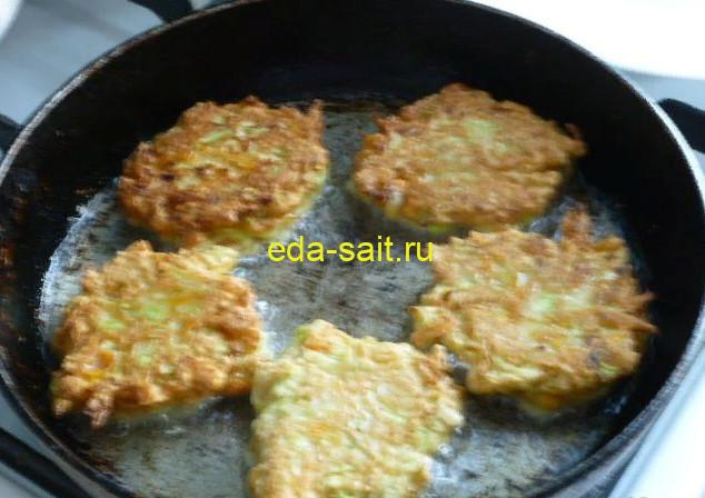 Обжариваем оладьи из кабачков на сковороде