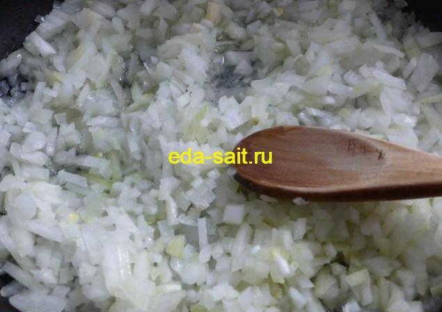 Обжариваем лук в начинку с рисом и яйцами