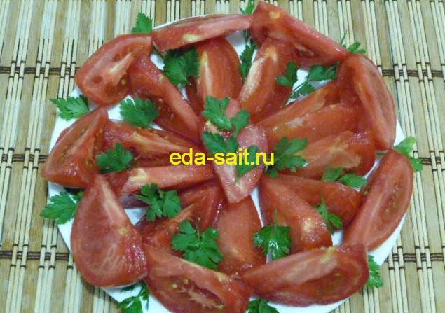 Нарезаем и выкладываем овощи красиво на тарелку