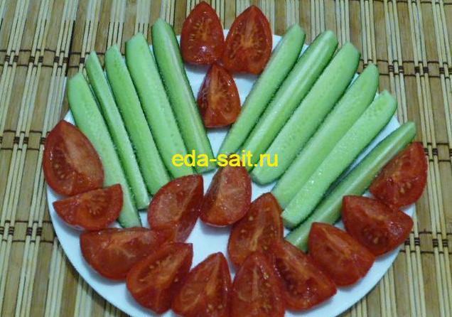 Нарезаем и выкладываем красиво овощи на тарелку