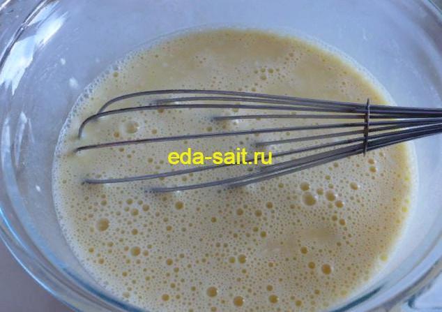 Взбиваем молоко, яйца, муку и соль